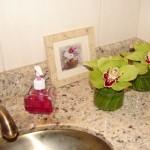 228517 orquídeas ficam muito bem em banheiros 150x150 Como Decorar Banheiro com Flores