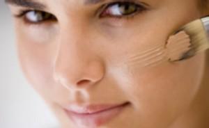 230046 Aprenda a disfarças espinhas e marcas de expressão 300x184 Maquiagens para Esconder Espinhas