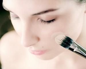 236085 rosto pincel base maquiagem 436 300x240 Como Passar Base com Pincel