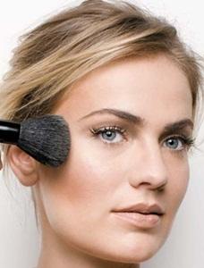 242863 Como usar o blush para afinar o rosto 2 Como Usar o Blush para Afinar o Rosto