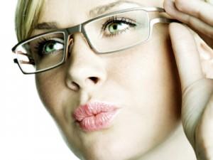 245166 usando oculos 300x225 Óticas Carol em São Paulo   Endereços