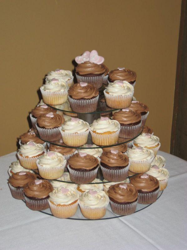 276060 uma torre de cupcakes Cupcakes para Casamento: Saiba Como Preparar e Decorar
