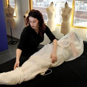276409 Uma estilista australiana cria roupas personalizadas para os mortos 300x300 Australiana cria coleção de roupas para quem já passou dessa para uma melhor