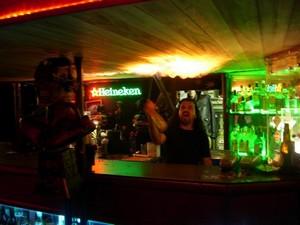282395 heavyduty Conheça o bar famoso pelo mau atendimento