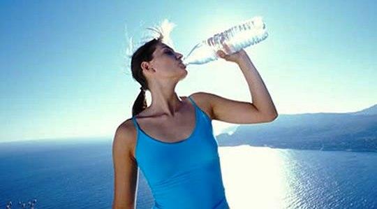 320122 drink water 1 Saiba o que fazer em casos de virose