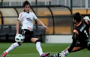 Para se manter na ponta, Corinthians visita o desesperado Ceará