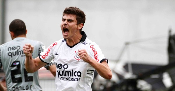 327611 alex Corinthians encara o Atlético Mineiro para ficar ainda mais perto do título