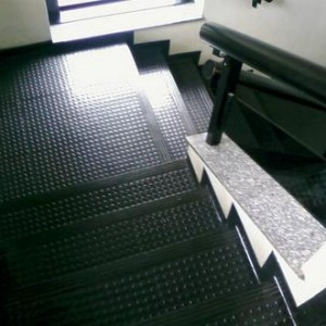 334040 pisos emborrachados para escadas 1 300x300 Pisos emborrachados para escadas
