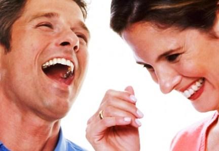 339080 men women laugh out loud 01 af 450x311 Descubra quais são os benefícios do riso para a saúde