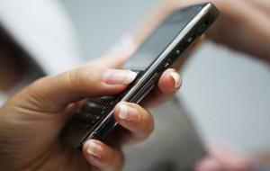 Postura ao digitar SMS pode gerar complicações nas articulações