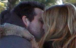 Ryan Reynolds e Blake Lively são flagrados aos beijos