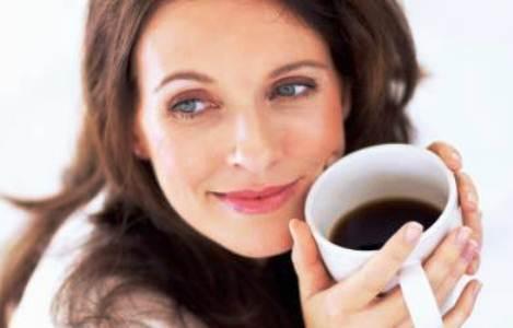 350000 mulher tomando cafe pensando vida bf 130 7523 Mitos e verdades sobre a cafeína