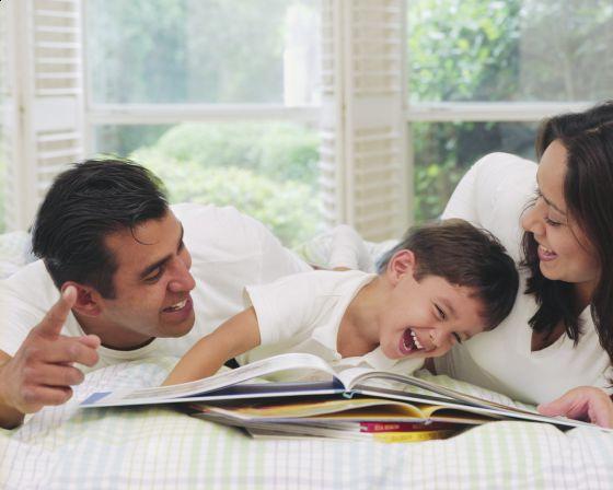 353440 Pais estudando com o filho Como incentivar seu filho a estudar