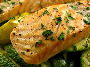 355835 salmao assado com courgette limao e ervas 4 Receita de salmão grelhado