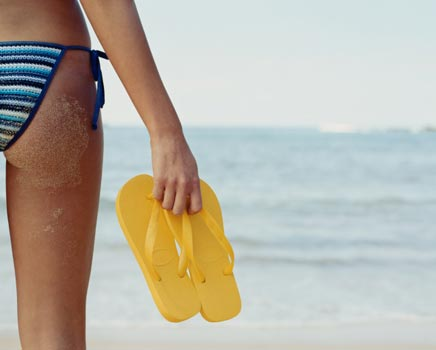 356501 mulher praia biquini listras chinelo amarelo Chinelos de praia