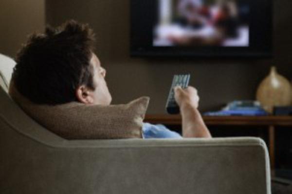358153 assistindo tv 600x4003 Planos da Embratel   TV, internet e telefone
