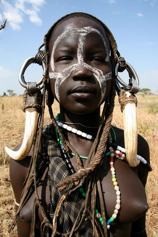 358919 mursi tribe ethiopia 2 Os padrões de beleza mais curiosos pelo mundo