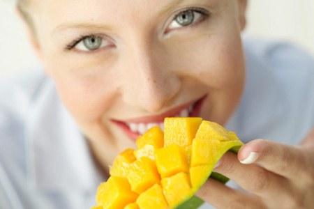 361640 mulher come manga 600 Os benefícios da manga para saúde