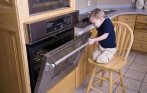 Cuidado com a segurança das crianças na cozinha