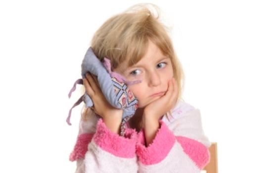 374182 Girl with earache1 Otite em bebês: sintomas, tratamento