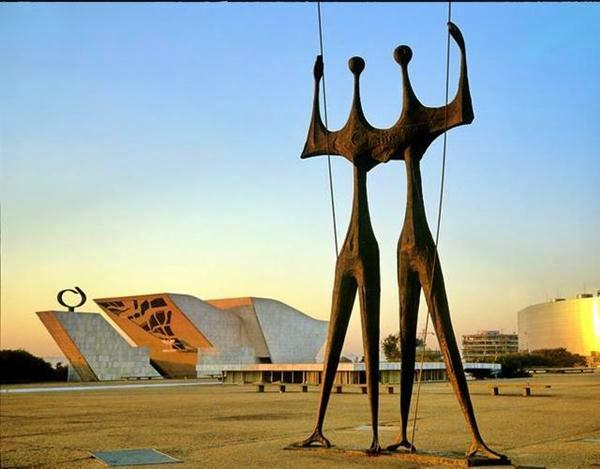 375525 Pra%C3%A7a dos tr%C3%AAs poderes detalhe da escultura os Candangos com Pal%C3%A1cio do Planalto ao fundo Monumentos Históricos do Brasil para conhecer