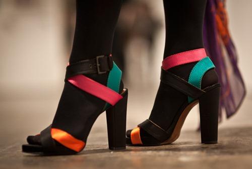 Looks com sandálias coloridas