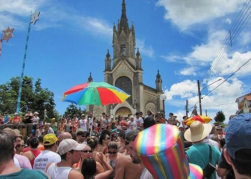 383735 folioes se aglomeram em frente a igreja do rosario durante carnaval em sao luiz do paraitinga 1297814395779 560x400 Músicas de Carnaval