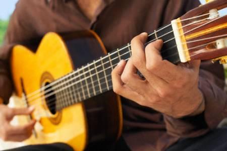 385803 tocando violao Comprar instrumentos musicais usados