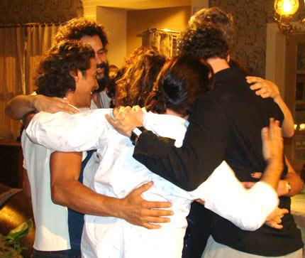 392220 16 amigos abraco1 14 de fevereiro: Dia da Amizade