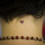 392551 coracao coracaozinho nuca colar pedras vermelhas 150x150 Tatuagens femininas delicadas  fotos
