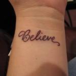 392551 letra tatuagem feminina pulso escrita delicada 150x150 Tatuagens femininas delicadas  fotos