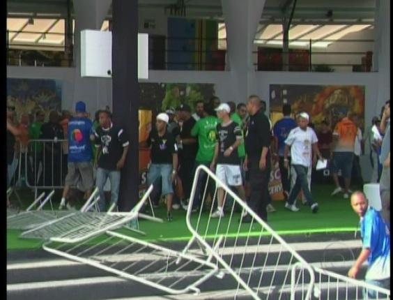 397583 confusao e briga atrapalha apuracao das escolas de sao paulo 21212 1329854425654 564x430 Tumulto na apuração do desfiles das escolas de samba de São Paulo