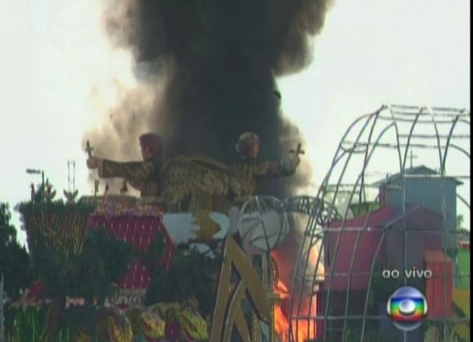 397583 incendio nos carros alegoricos comecou depois de cerca de meia hora da confusao mas foi controlado rapidamente 21212 1329854738148 pozk Tumulto na apuração do desfiles das escolas de samba de São Paulo