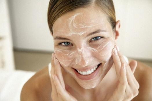 398506 esfoliacaodurante o banho é importante para a pele do rosto Tratamentos caseiros para poros dilatados