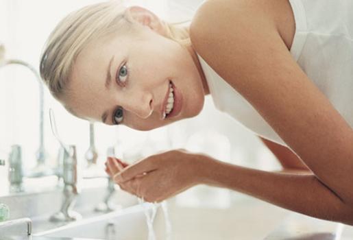 399426 lave o rosto todos os dias com sabonete liquido e hidrate sua pele com creme com filtro solar Manchas de pele na gravidez: como tratar