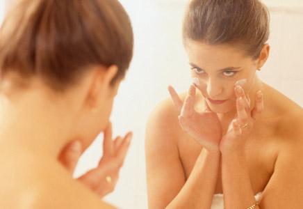 400832 Nas bochechas passe o creme com movimentos circulares Creme facial: como aplicar corretamente