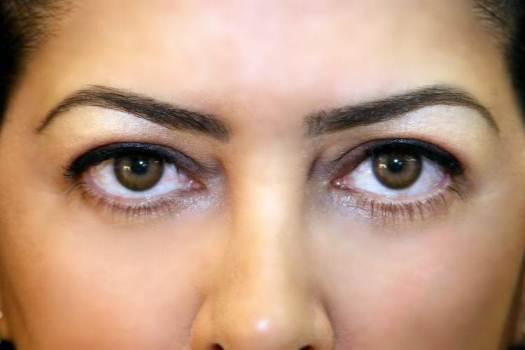 400862 A sobrancelha é traço importante e fundamental no rosto de uma pessoa Sobrancelha: como tingir