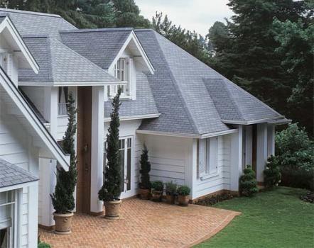 401754 Fachadas com telhados em evidência Fachadas com telhados em evidência