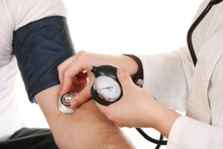 404423 Pressão arterial é a força com a qual o coração bombeia o sangue através dos vasos. Tratamento caseiro para pressão alta