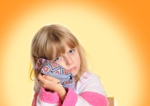 404444 Compressas quentes podem ajudar a diminuir a dor Dor de ouvido em crianças: o que fazer