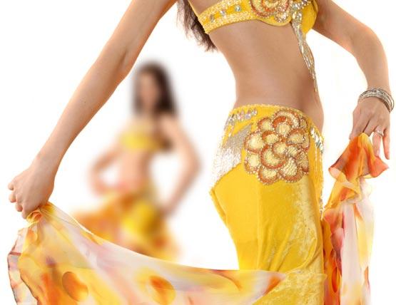 405033 A dança do ventre reeduca a postura auxilia a coordenação motora e tonifica os músculos. Ainda queima cerca de 400 por aula. Danças que ajudam a queimar calorias