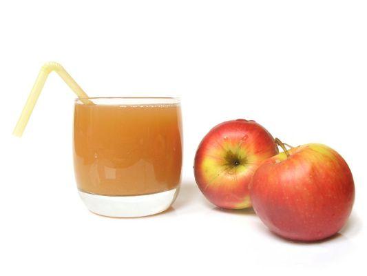 406074 O suco de maça e cenoura é rico em vitaminas e minerais e mantem a pele saudável e limpa Sucos que ajudam a evitar espinhas