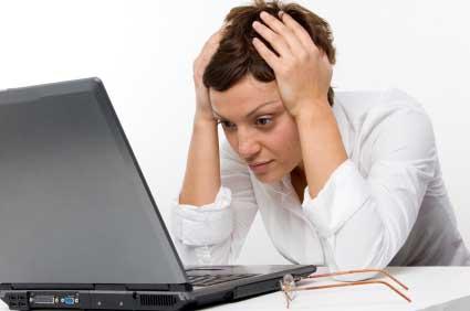 407902 imagem tentando ler no computador Currículos online: dicas, como preencher