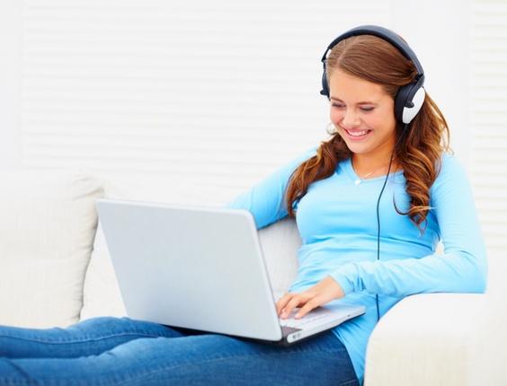 408264 361706 mulher com fones de ouvido musica no computador players mp3 tocadores 1302213376106 564x430 Frases de reflexão para status de MSN: dicas