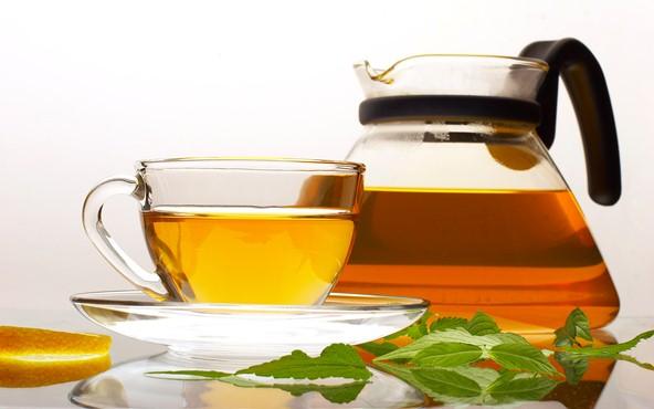 413453 Muitos bebês sofrem com as cólicas porém o uso do chá de camomila pode aliviá las. Chás que fazem bem para a saúde do bebê