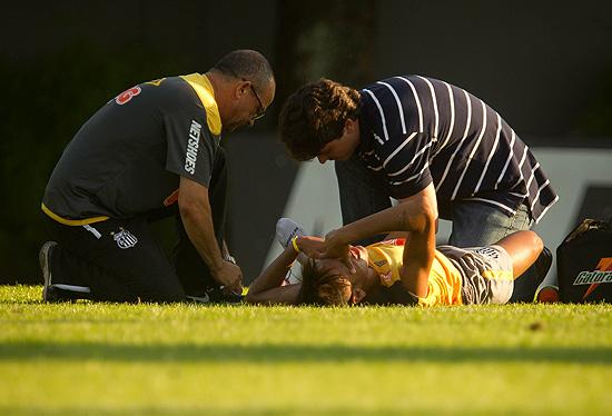 Neymar torce o tornozelo em treino do Santos