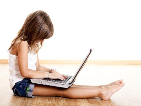 414258 Computador Criança hg 20101011 Criança com problema de postura