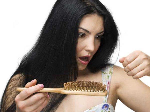 416855 É considerada normal à queda de 50 a 100 fios de cabelo por dia. Sucos para evitar queda de cabelo