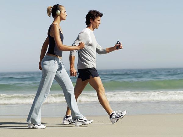 418271 A caminhada ajudam a manter uma boa circulação corporal devido ao fortalecimento da bomba muscular da panturrilha. Exercícios físicos que ajudam a evitar varizes