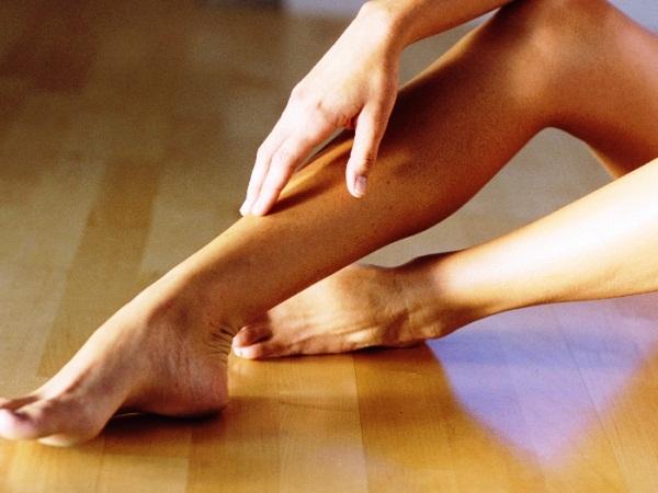 418271 As varizes são veias dilatadas que aparecem nas pernas causando dores e inchaço nas pernas Exercícios físicos que ajudam a evitar varizes